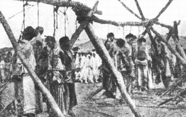 """1894年(农历甲午年),日本以突然袭击清朝陆海军的方式挑起了第一次大规模的侵华战争,史称甲午战争。早在明治维新之后,日本政府就确定了以朝鲜为跳板,进而吞并整个中国和亚洲的""""大陆政策"""",1894年2月以朝鲜义军起义,应朝鲜政府的要求,清政府派兵开赴朝鲜,驻守牙山。日本以保护使馆和侨民为借口,派兵入朝。朝鲜政府见日本大军入境,意识到事态的严重性,希望早日平定国内义军起义,以使中日两国撤兵。图为被日军虐杀的朝鲜百姓。"""