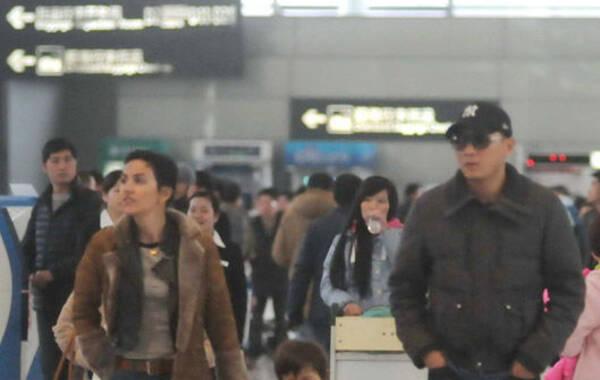 """2014年2月24日,上海,刘烨携妻儿现身机场。低调亮相的影帝刘烨没有被群众认出,反而是他的""""洋媳妇""""和小萌娃孩子十分惹人注目。"""
