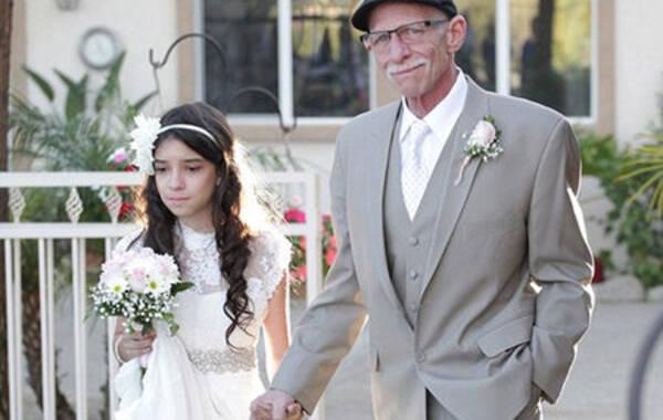 """据英国《每日邮报》4月1日报道,美国加利福尼亚州穆里塔市一个名叫乔希-泽茨的11岁小女孩在得知处于癌症晚期的父亲将无法参加她未来婚礼时伤心欲绝。在好心人们的帮助下,泽茨一家举办了一场属于她和爸爸的特别""""迷你婚礼""""——父女俩提前体验了爸爸牵着女儿缓缓走入礼堂的动人过程。 乔希的父亲吉姆-泽茨先生今年62岁,患有第四阶段的胰腺癌。无情的病魔即将夺走他的生命,参加爱女未来的婚礼已是无望。这段令人唏嘘的故事深深打动了人们,于是许多好心人出谋划策,为泽茨父女策划了一场"""