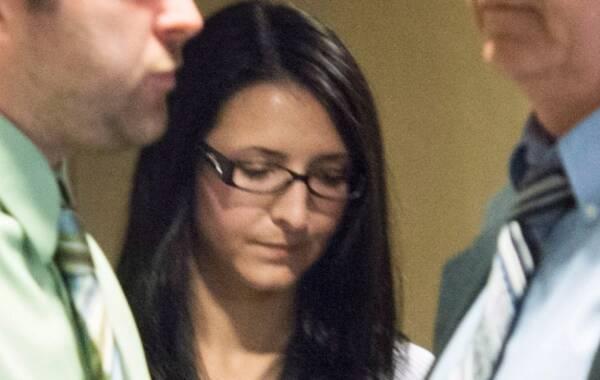 """加拿大蒙特利尔一名25岁的女子Emma Czornoba在高速公路上停车""""避让过路鸭子"""",结果导致严重追尾事故,造成一对儿骑摩托的父女丧生。当地陪审团近日做出判决,这名女子有罪,最高可面临终身监禁的严厉惩罚。"""