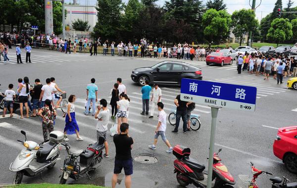 江苏昆山中荣金属制品有限公司所在的南河路路口,当地警方派出多名警力在现场维持秩序。截至21时,昆山爆炸已致69人死亡,百余人受伤。