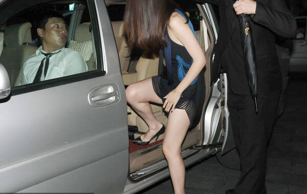 近日,女星林鹏在上海出席某活动离开酒店。穿着超短裙的林鹏侧身隐约露出黑色底裤,上车用手捂住裙子两腿之间以防走光。