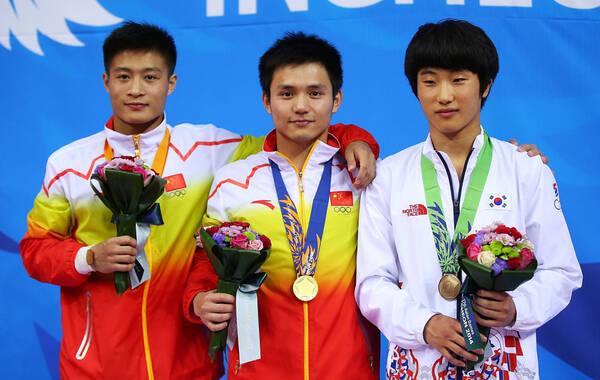 北京时间10月3日15:00,2014年仁川亚运会跳水项目展开最后一项的争夺,中国选手邱波和杨健参加了男子单人10米台的决赛,最终中国选手邱波以576.40分的分数获得金牌,杨健最后一轮完成反超,得到526.95分摘得银牌,铜牌被韩国选手获得。至此,本届仁川亚运会跳水比赛已经全部结束,中国队拿到了全部10个项目的冠军,以10金6银的成绩完美收官。