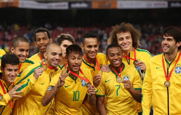 北京时间10月11日,南美超级德比在鸟巢打响,塔尔德利梅开二度,巴西队2-0战胜阿根廷。巴西队在赛后的颁奖仪式。
