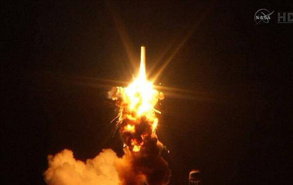 27日,美国航天局安塔尔火箭在升空6秒后发生爆炸。相关人员认为他们的运算几乎完美,但是却发生了爆炸。(来源:英国邮报)