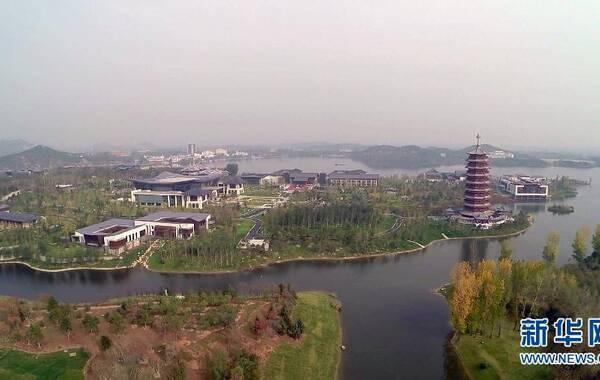 航拍位于怀柔雁栖湖畔的日出东方凯宾斯基酒店。 2014年亚太经合组织(APEC)领导人会议周活动将于11月5日至11日在北京举行。 (来源:新华社)