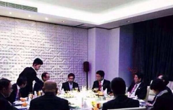 据港媒报道,安倍携妻乘专机昨中午抵达北京,昨下午先与加拿大总理哈珀会谈,同意为促成达成跨太平洋伙伴关系协定(TPP)谈判加强合作,确认在能源和安全领域推进合作。昨晚安倍被发现在北京大董烤鸭店吃烤小乳鸭,照片在微博曝光,安倍认真看师傅片皮。