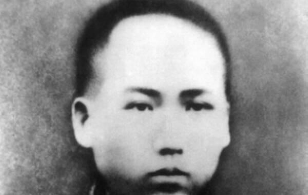 """""""恰同学少年,风华正茂;书生意气,挥斥方遒"""",毛泽东写下这几句词是在1925年,彼时他已经步入而立之年。当他站在橘子洲头时,既感怀着""""指点江山,激扬文字""""的志向,也回忆着""""浪遏飞舟""""的青葱时代。毛泽东青年时代的照片并不多,但也足以一睹当年的书生意气。 1.1913年毛泽东在湖南。"""