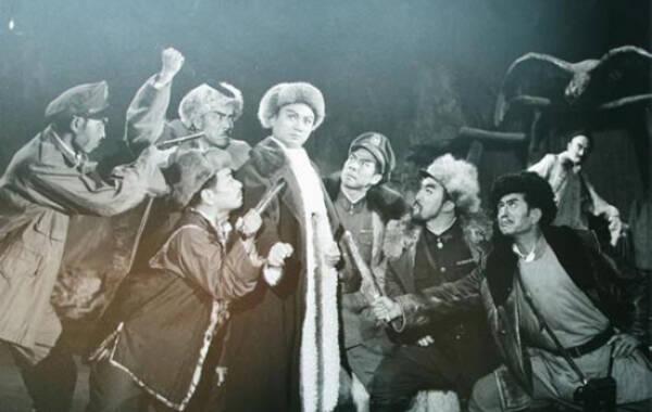随着徐克导演的《智取威虎山》上映,同名的革命样板戏也又一次回到人们的视野,成为近日的热点。说到作为样板戏的《智取威虎山》,那就不仅仅是当时人们休憩怡情的娱乐节目,更是风靡一时的文化符号了。