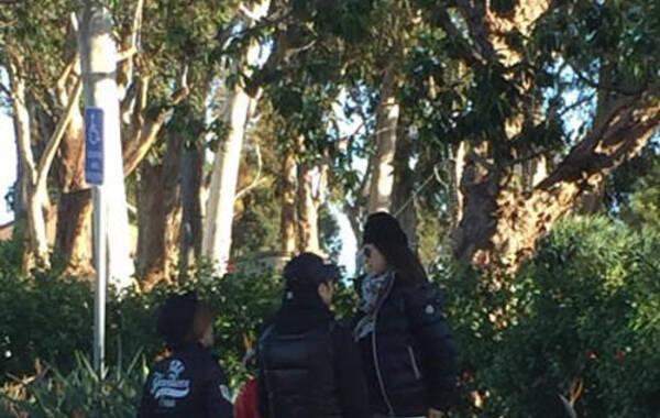 """据台湾媒体12月26日报道,章子怡目前在美国待产,老公汪峰也特地飞去陪爱妻度过圣诞假期,前晚她还在微博晒出2人合照晒恩爱。今早有网友在微博晒出照片,表示自己在美国圣地亚哥动物园门口遇见章子怡和汪峰,章子怡母亲也在现场,而接近预产期的章子怡孕肚十分明显,""""一家人其乐融融""""。"""