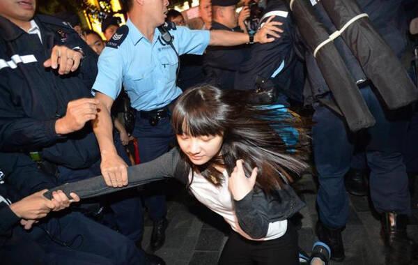2015年3月8日,约一百五十名戴口罩的反水货客示威者,突破警方防线,冲进屯门。示威者轮流冲击屯门三大商场的药房及金行,令大量店铺关门。又在街头指骂内地游客、踢行李箱,连部分港人也因被误会是内地人而遇袭。警方在现场拘捕至少六名示威者。
