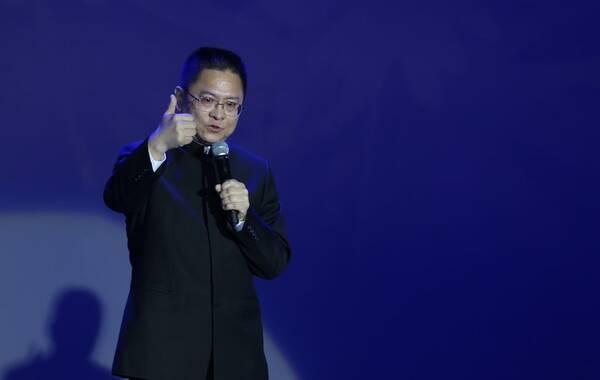 """4月2日晚,歌手姚贝娜的追思会在751D-PARK北京时尚设计广场举行,现场来了姚贝娜的粉丝与亲朋好友,其中包括王中磊、冯小刚、陈楚生、孙凌生等。冯小刚在缅怀姚贝娜时表示:""""至今无法接受这现实,很想念她……""""图为姚贝娜父亲姚峰。"""