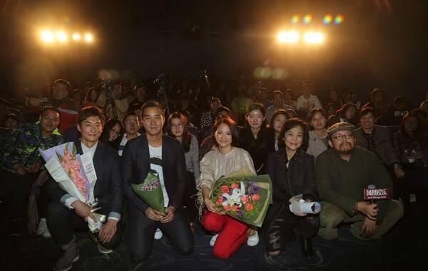"""观看热门影片,专家剖析细节,主创分享幕后——2015年,凤凰娱乐独家制作的大型电影现场互动活动、中国电影活动首选平台""""凤凰公映礼""""于4月12日(周日)在北京博纳悠唐影城举办。本次凤凰公映礼的影片《念念》由台湾著名才女张艾嘉导演,讲述了一个在美丽的绿岛之滨缓缓铺陈开来的关于爱情与青春的故事。导演张艾嘉携金像金马双料影后李心洁、人气帅哥张孝全、柯宇纶亮相凤凰公映礼,面对面与影迷互动、现场分享幕后趣事。图为《念念》凤凰公映礼主创与现场观众合影。"""
