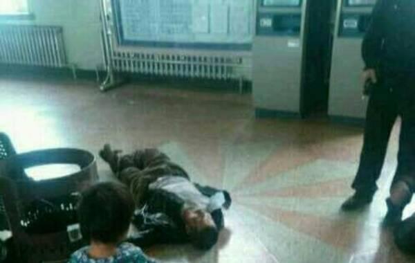 5月2日,黑龙江省绥化市庆安县农民徐纯合带着母亲和三个未成年的孩子出行,在庆安火车站与警察发生冲突,将自己女儿扔向警察,并抢夺警械枪支,被警察击毙。由此引发关于民警用枪的合理性的争议。图为事发现场。