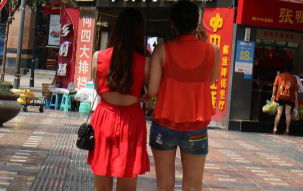 重庆,市民着夏装出行,百花争艳。