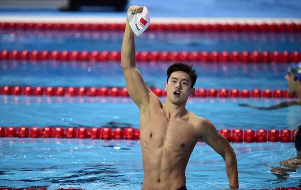 北京时间8月6日,第16届喀山世界游泳锦标赛继续进行。在备受瞩目的男子100米自由泳决赛中,宁泽涛以47秒84夺得冠军,获得本人首枚世锦赛金牌,也创造了亚洲游泳的历史。这是亚洲选手第一次在该项目获得世界大赛金牌,宁泽涛完成了中国体育一项新的突破,他的夺冠堪比2004年雅典奥运的刘翔。