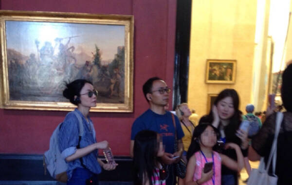 8月2日,有网友在卢浮宫偶遇王菲,王菲带着李嫣与好友一同参观,看来是打算趁假期让女儿长见识。当日,王菲穿一件单薄衬衫,解开胸扣随性迷人。