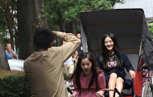 9月16日,《偶像来了》在上海思南公馆录制。1981年出生的谢娜和1971年出生的杨钰莹同为金牛座,可是年轻10岁谢娜眼角鱼尾纹、法令纹深重,皮肤状况不敌44岁杨钰莹。