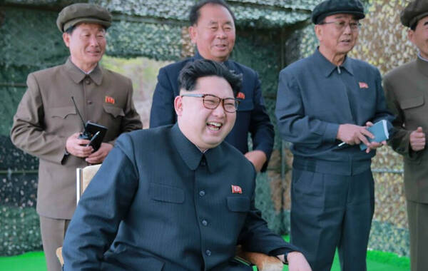 朝鲜日前再次成功发射潜射导弹。朝鲜最高领导人金正恩日前指导潜射导弹发射试验。报道没有提及发射时间和地点。金正恩在哨所听取水下发射计划后,下达战略潜水艇弹道导弹发射命令。该试验目的是检验在最大发射深度下进行的弹道导弹发射系统的稳定性、利用新开发的大功率固体燃料发动机助推的导弹垂直飞行的力学特性、阶段性热分离的稳定性以及核弹头起爆装置的动作精度。(凤凰军事)
