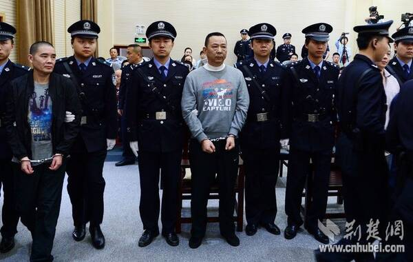 5月23日上午9点,咸宁市中级人民法院在7个审判法庭同时对刘汉、刘维等36名被告人组织、领导、参加黑社会性质组织,故意杀人,故意伤害,包庇、纵容黑社会性质组织等案及被告单位四川汉龙(集团)有限公司骗取贷款、票据承兑、金融票证案公开进行宣判。刘汉、刘维一审被判处死刑。