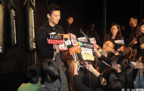 2014年11月4日,上海,宁泽涛出席时尚活动,众多女记者跪地采访。