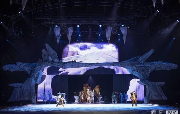 全球知名的冰上表演秀《冰川时代猛犸象大冒险》历经3年的全球巡演,足迹遍布欧洲、美洲等30多个国家及地区,今年终于来到中国。对于冰上娱乐表演,国人通过《冰上雅姿》、《冰上迪士尼》等演出而有所认知。冬奥会的申办成功,已经点燃了人们对冰雪项目的热情,冰上表演秀自身无可替代的舞台艺术魅力也吸引到越来越多观众的追捧和喜爱。8月6日,在冬奥会申办成功不到一周内,全球顶级的冰上表演秀《冰川时代:猛犸象大冒险》,在上海梅赛德斯-奔驰中心开启中国巡演的序幕。