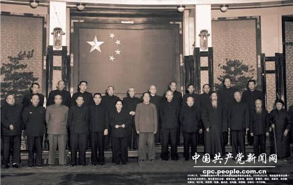 2013年年10月15日,是习仲勋诞辰100周年纪念日。本组图为习仲勋与历届中共中央领导人的珍贵合照。1953年1月,习仲勋被任命为中华人民共和国宪法起草委员会委员。1954年3月23日,宪法起草委员会第一次会议在北京举行。图为委员们合影,前排左起:黄炎培、郭沫若、彭德怀、陈云、周恩来、宋庆龄、毛泽东、刘少奇、李济深、张澜、董必武、沈钧儒、何香凝,后排右一为习仲勋。