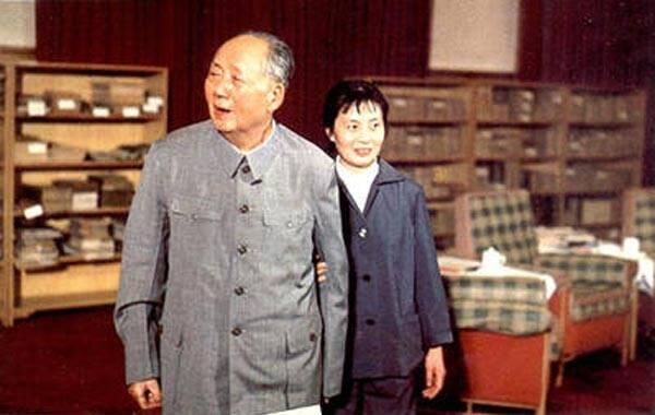 提起张玉凤,50岁以上的人都不会感到陌生,但她身上总有种神秘感。她是毛泽东晚年的机要秘书兼生活秘书,在毛泽东身边工作多年,直到1976年毛泽东逝世。(文字来源:《快乐老人报》)图为毛泽东与张玉凤合影。