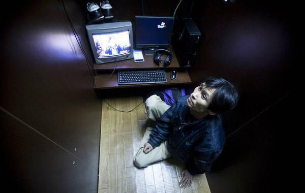 日本东京,不到30岁的工地临时保安文也(音译)已经在网吧居住了20多个月。虽然环境比不上公寓,但这里价格低廉,无拘无束,也无需支付水电气等费用。在网吧每小时要100日元,留宿一晚的费用也不超过1000日元,这对每小时只有800日元收入的打工者而言,是个不错的选择。