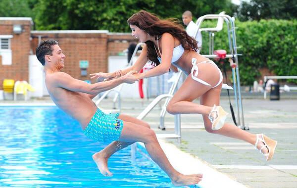 英国伦敦,The New Surf限量版Summer D'Reem香水发布,露西-麦克林伯格身着白色泳衣拍摄时尚大片。