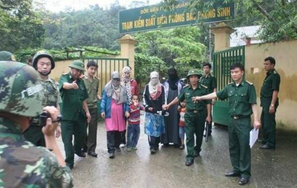 4月18日,16名中国公民在中越边境入口处被扣押,其中包括4名女子和2名儿童。越方准备将这些中国非法移民遣返时,部分人抢夺越方人员手中的AK-47步枪并与越方射击,事件造成至少两名越南边防警察和5名中国人死亡。图为被遣返的中国非法移民。