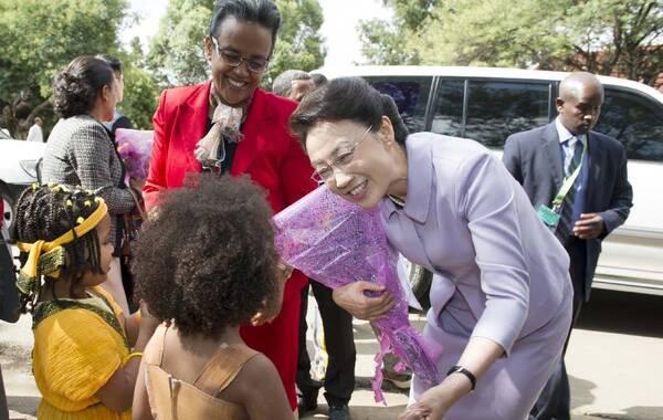 5月5日,李克强夫人程虹在埃塞俄比亚总理夫人的陪同下参观亚的斯亚贝巴大学,观摩汉语授课,与学生们交流,观看学生们的中国文化才艺展示,还捐赠了书籍、计算机等物品。程虹说,你们是文化的纽带,感谢你们对中国人民的情谊。你们对中国文化的热爱感动了我,也会感动中国人民。