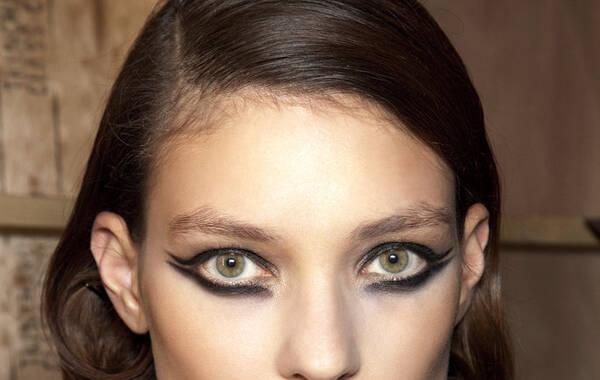 猫眼线从来不会离开时尚界,现在它已经在巨大的红地毯上复苏了,各路明星在即将到来的庆典活动中,以传统的造型配上独特的新酷彩妆让猫眼妆更具特色。
