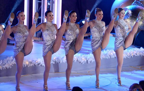 当地时间2013年12月4日,美国纽约,第81届洛克菲勒中心圣诞亮灯仪式,众多明星现场表演助阵,当日的寒冷中,一众火箭女郎身着清凉礼服,性感高抬腿热舞。
