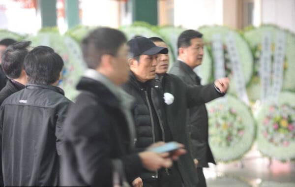 2014年3月8日讯,北京,导演吴天明追悼会。吴若甫戴白花抵达。身为治丧委员会成员的张艺谋导演到达追悼会现场,一出现就被围堵,随后在现场工作人员的保护下匆匆走过一言未发。
