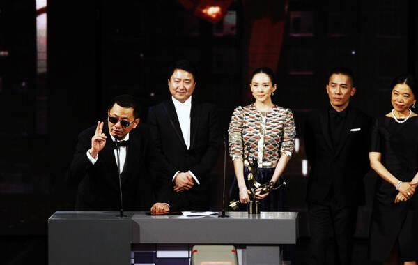 2014年4月13日,香港,第33届香港电影金像奖颁奖礼举行,众星现身助阵。当晚,《一代宗师》获12项大奖,成为最大赢家。
