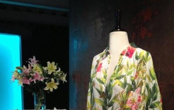 """3月28日晚7:30,来自意大利的一线高端女装品牌Blumarine在北京时尚地标751时尚设计广场内的""""意大利生活体验馆""""中举行的""""意大利生活体验""""展示活动正式拉开了帷幕。活动结合艺术,建筑,设计,时尚,音乐多方面向贵宾展示""""意大利式的生活方式""""众多来自意大利的名人名媛出席了该活动的开幕酒会。"""