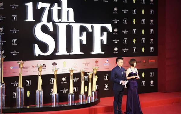 2014年6月22日18点30分,第17届上海国际电影节闭幕式正式开始,当晚红毯将迎来璀璨星光。图为主持人登场。