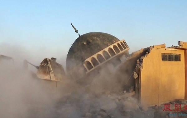 当地时间2014年7月5日公布图片(具体拍摄时间不详),伊拉克摩苏尔,什叶派Al-Qubba Husseiniya清真寺发生爆炸。伊斯兰逊尼派激进武装伊拉克与黎凡特伊斯兰国(ISIS)已经在其控制的摩苏尔古城与塔尔阿法范围内摧毁了至少10座神庙和清真寺。 (凤凰军事)