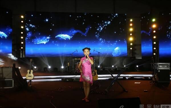 """8月24日,中国首次房车与音乐的万里长征——""""歌伦贝尔房车音乐发现之旅""""《第一季》""""盛夏之旅""""在北京蟹岛中国首届梦想车展(FB-SHOW)现场,举办了盛大的收官演唱会暨中国首届房车与音乐文化产业发展研讨会,成为本次梦想车展最大的亮点。歌伦贝尔团队以及来自音乐、房车、娱乐、电商、金融等各个行业的明星及精英人士欢聚一堂,各抒己见,奠定了以后歌伦贝尔的跨界资源整合与发展方向。为这次全程28天、超越7000公里的征程划上了精彩、完美的句点。图为歌伦贝尔房车音乐之旅车友小朋友演出照"""
