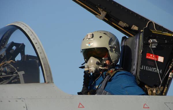 """大漠苍穹,风云再起。9月上旬,空军新一届歼击航空兵部队对抗空战竞赛性考核拉开战幕。来自7个军区空军19个航空兵旅(团)的170名歼击机飞行员,在广袤的西北戈壁展开近半个月的蓝天竞技,共同角逐5个""""优胜单位""""和5顶""""金头盔""""。"""