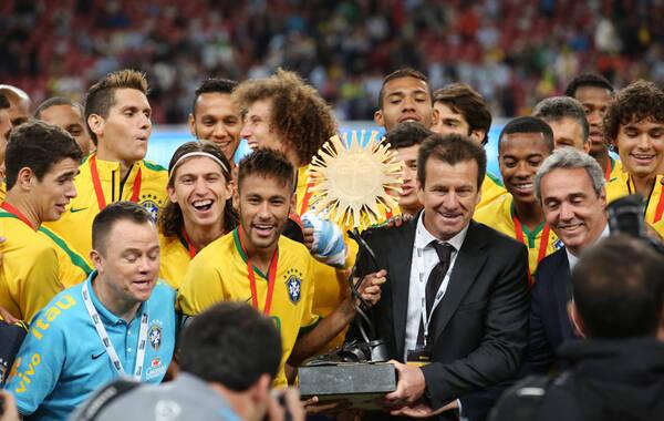 北京时间10月11日,南美德比在鸟巢打响。凭借塔尔德利的两粒进球,巴西2-0战胜阿根廷。内马尔接过奖杯。凤凰体育 向一凡/摄
