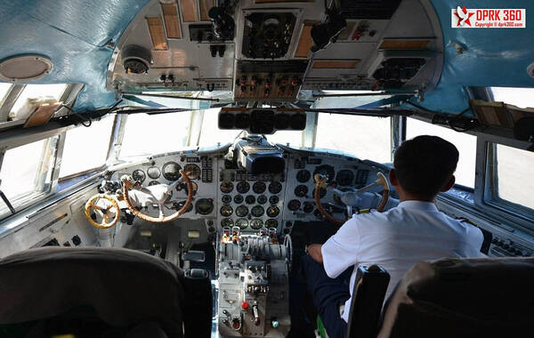 图为型号为伊留申il-18的飞机驾驶舱内部场景,可以看到明显的破旧,与