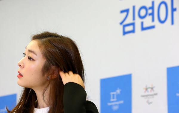 金妍儿担任冬奥宣传大使,出席发布会形象甜美可人。