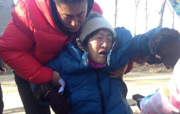 12月15日,内蒙古高院对呼格吉勒图故意杀人、流氓罪一案作出再审判决,并向申诉人、辩护人、检察机关送达了再审判决书,当面向呼格父母宣布:呼格吉勒图无罪。 呼格吉勒图的母亲说,希望相关办案人员自己站出来,承担相应的法律责任!图为呼格吉勒图母亲在呼格吉勒图坟前失声痛哭。