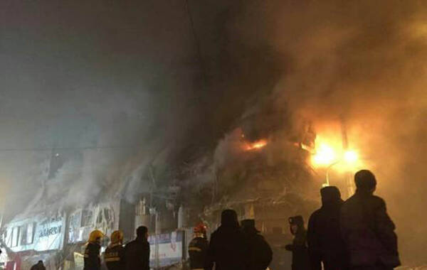 经过近10个多小时的扑救和救援,1月2日下午发生在哈尔滨的仓库大火仍未被扑灭,3日凌晨一时许,火灾现场再次出现了明火复燃,而此前坍塌的楼体的另一侧墙体也因长时间灼烧发生了二次坍塌,现场的警戒线范围进一步扩大,救援工作被迫中止。图为明火复燃现场。 魏来摄