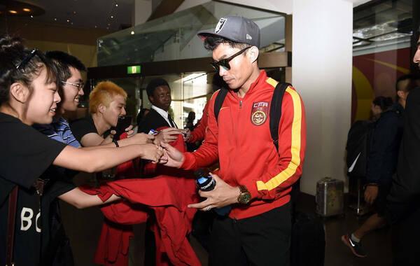 2015年1月19日(当地时间13点30分左右),澳大利亚布里斯班,中国国家男子足球队抵达布里斯班索菲特酒店,备战2015亚洲杯八强战。三场小组赛打入三球的孙可淡定现身。