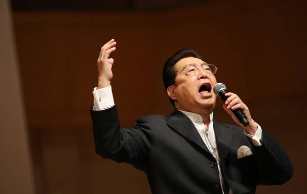 2015年01月31日,北京,著名歌唱家李双江献唱某公司年会,台上李双江站在中央放生高歌气势磅礴,在与现场观众互动时为公司员工颁奖,遭到众多员工包围伸手拍照场面火爆。 图为李双江献唱。