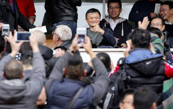 2月14日下午,2015超级杯在杭州开战,恒大总教练、前主教练里皮现身看台观战,引发现场球迷竞相拍照。而此前据说不会现场观战的马云则出现在里皮身后。