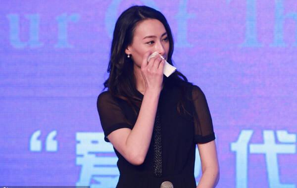 """2015年3月4日,台湾知名才女张艾嘉执导的电影《念念》在北京举行发布会,富商李泽楷前女友梁洛施以女主角身份到场。此次,梁洛施重新从影加盟张艾嘉新片,与李心洁饰演母女。谈到复出演戏,梁洛施更现场飙泪,觉得自己这几年经历了很多东西,在电影中能见到""""不一样的我""""。做了三个孩子的妈妈,还会不会像以前一样叛逆?梁洛施说年轻人叛逆没关系,因为一定会长大。她更透露,每天她都跟三个小孩在一起。图为现场落泪。"""
